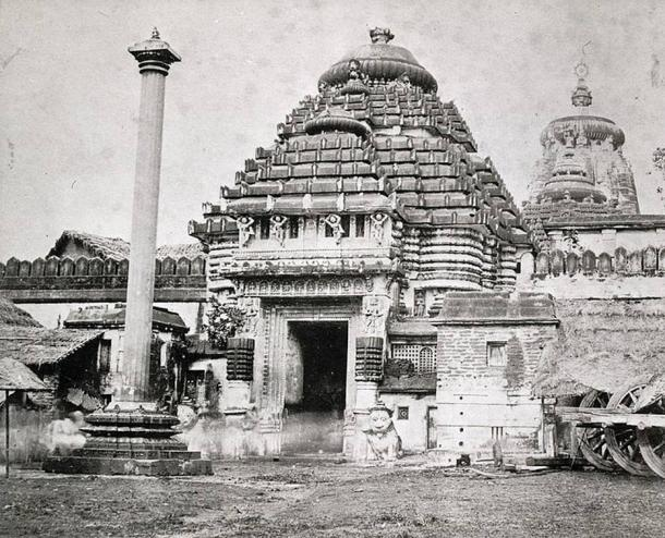 The Singhadwara (the main entrance to the Jagannath Temple) in 1870 showing the Lion sculptures with the Aruna Stambha Pillar in the foreground.