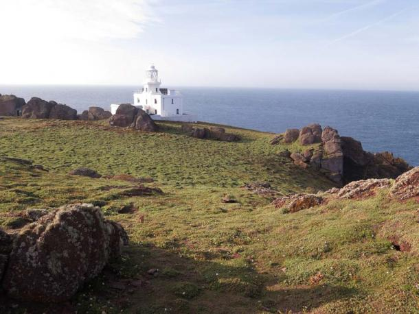 Skokholm Island lighthouse, home of Richard Brown and Giselle Eagle, who found the treasures the rabbits had unearthed. (Erni / Adobe Stock)