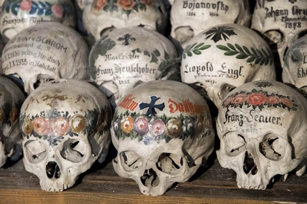 Skulls of women are painted with colorful flowers. (J. Ossorio Castillo / Adobe)
