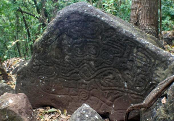 Petroglifos serpiente-como en una roca en la isla de Ometepe