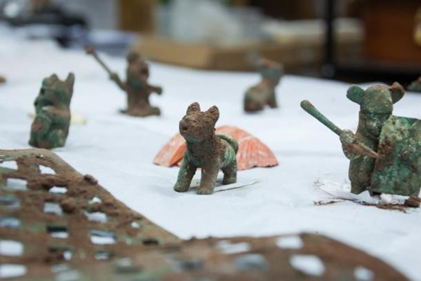 Some of the Wari offerings found at Pikillaqta: figurines of pumas, zoomorphic figures, and warriors were found along with spondylus shells and a silver sheet. (DDC Cusco)