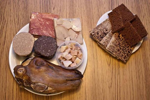 Some traditional Icelandic food (plate to the left: Hangikjöt, Hrútspungar, Lifrarpylsa, Blóðmör, Hákarl, Svið. plate to the right: Rúgbrauð, Flatbrauð) (CC BY-SA 3.0)
