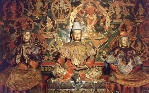 Songtsen Gampo (center), Princess Wencheng - White Tara (right), and Princess Bhrikuti - Green Tara (left). (Mistvan / Public Domain)