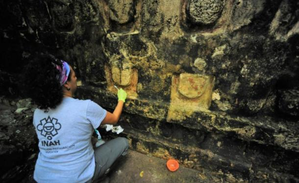 Stabilization and cleaning process of the stucco of the Temple of the U at the Kulubá site. (Image: Mauricio Marat. INAH)