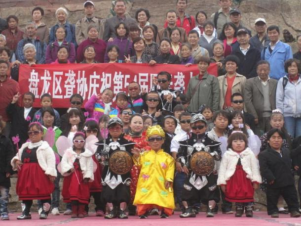 Staff and visitors at the Kingdom of the Little People, Kunming, China, 2011. (Blorg /CC BY-SA 4.0)