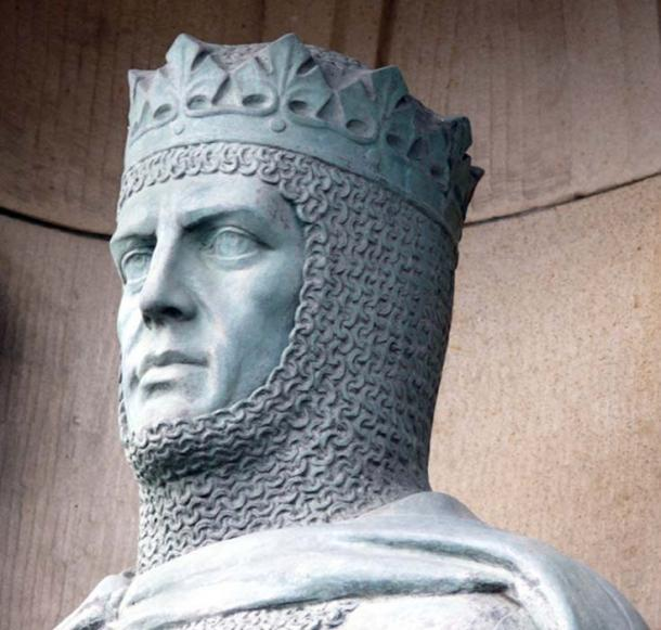 Statue of Robert the Bruce (1929) in front of the gates at Edinburgh Castle.