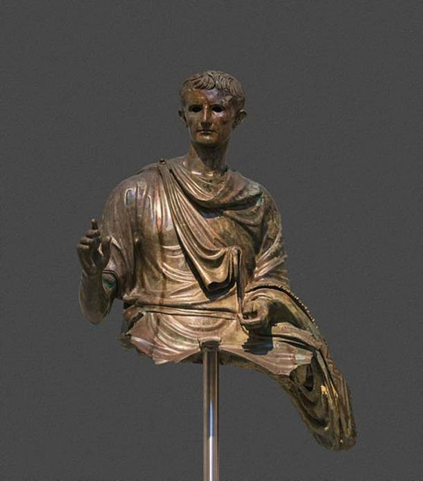 Statue of the emperor Augustus (29 BC – 14 AD). Bronze. Found in the Aegean sea between the islands of Euboea and Agios Efstratios. The emperor is depicted in mature age, mounting a horse. (CCO)