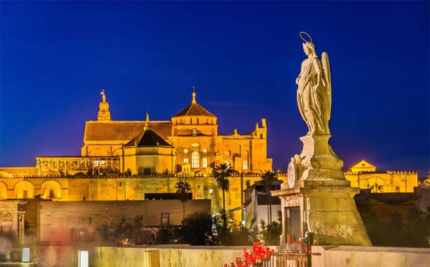 Statue of Archangel Raphael on the Roman Bridge in Cordoba, Spain (Leonid Andronov / Adobe Stock)
