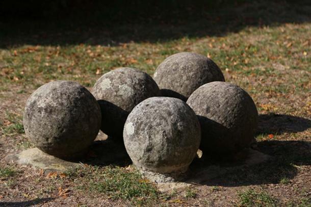 Stone catapult balls (leomalsam / Adobe Stock)