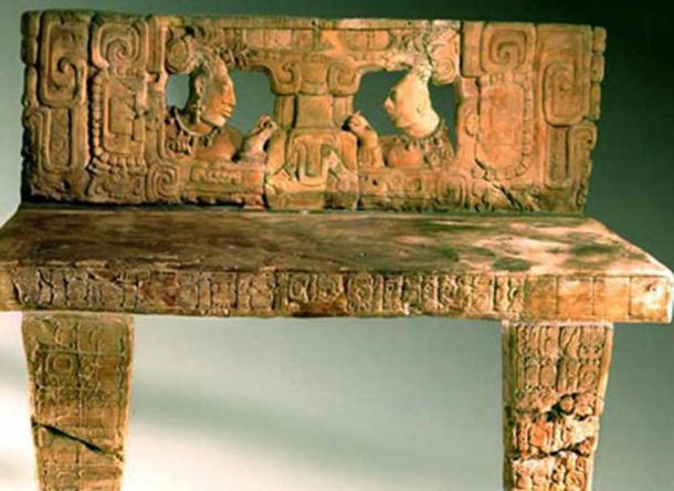 Trône de pierre récupéré de Piedras Negras, la ville en ruine de la civilisation maya précolombienne située sur la rive nord de la rivière Usumacinta (CC BY-SA 2.5)