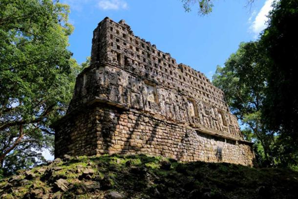 La structure 33, également connue sous le nom de «Palais» de Yaxchilan est un imposant bâtiment érigé à la base de l'Acropole, au sommet d'une élévation naturelle. Devant ce bâtiment, Maler a trouvé une stalactite sculptée qui, selon lui, pourrait provenir d'un grand système de grottes encore inexploré situé quelque part dans les environs de Yaxchilan. (Photo : ©Marco M. Vigato)