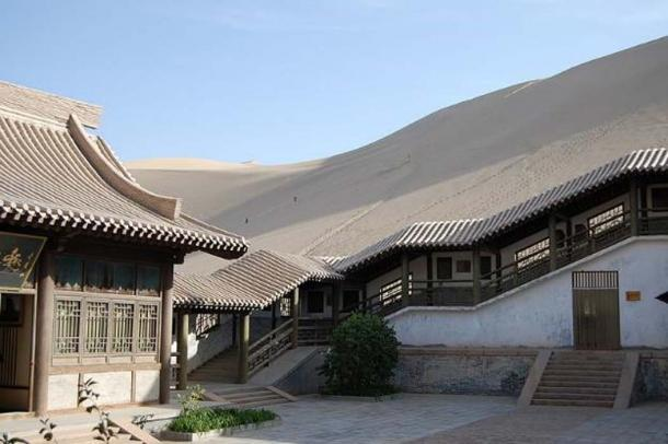 Surroundings of the Crescent Lake in Gobi Desert near Dunhuang, Gansu Province, China. (Sigismund von Dobschütz/CC BY SA 3.0)