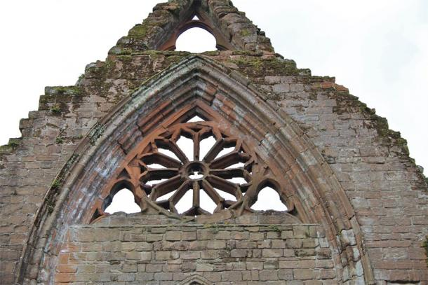 Sweetheart Abbey's stone tracery and circular window remains (Carole / Adobe Stock)