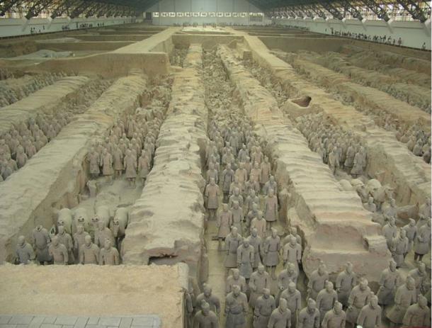 Terracotta Warriors and Horses ist eine Sammlung von Skulpturen, die die Armeen von Qin Shi Huang, dem ersten Kaiser Chinas, darstellen.  Xi'an, China