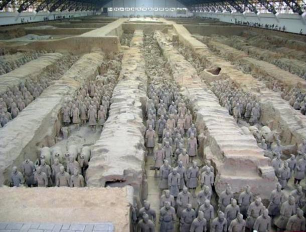 Guerreros de terracota y los caballos, es una colección de esculturas que representan los ejércitos de Qin Shi Huang, el primer emperador de China.  Xi'an, China.