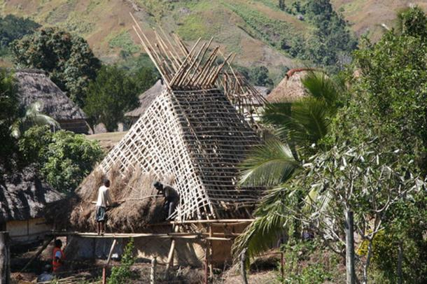 Thatching a roof, Navala village (Heard, M / CC BY 2.0)