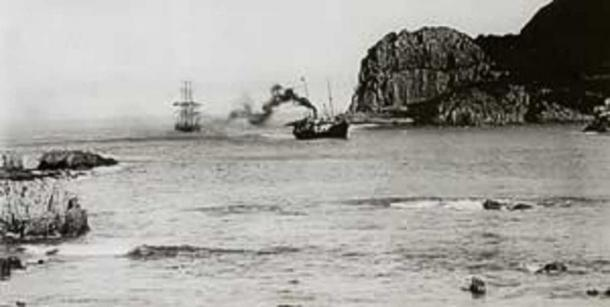The SS Agnar tows an unknown sailing ship into Knysna Harbour in 1910. (Public Domain)