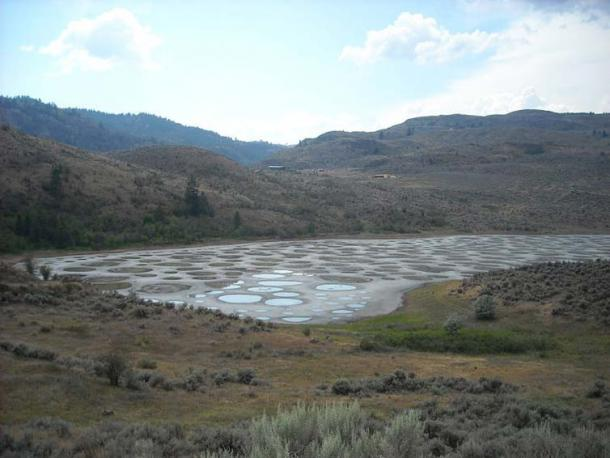 The Spotted Lake from the shoulder of Highway 3. It is a saline endorheic alkali lake located northwest of Osoyoos in the eastern Similkameen Valley of British Columbia, Canada. (AndrewEnns/CC BY SA 3.0)