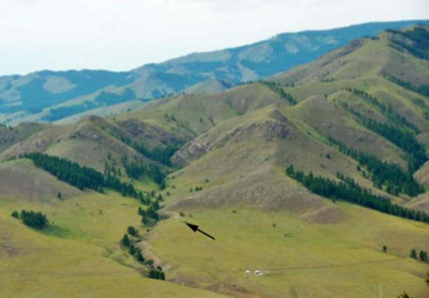 The Tolbor-16 site, denoted by the arrow, in the western flank of the Tolbor Valley, Mongolia, where the stone tools were discovered. (Zwyns et al / Fair Use)