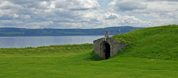 The Tomb of the Sunken Skulls is located on the eastern shore of Lake Vättern in Sweden