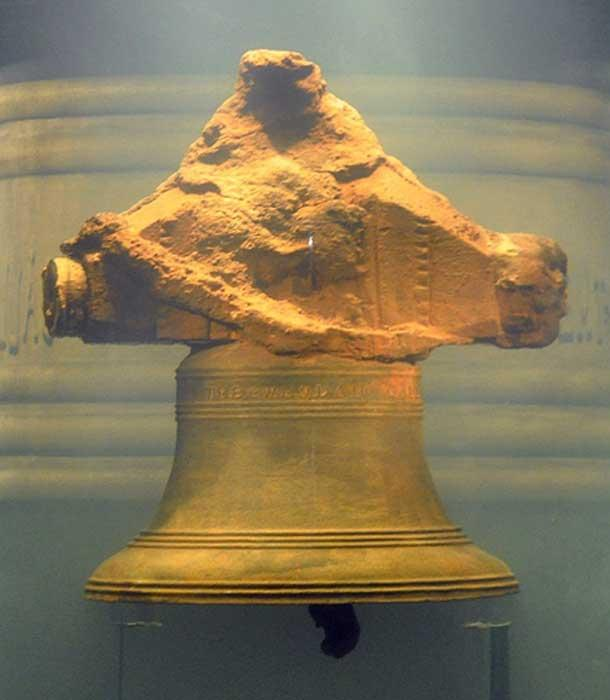 """The bell, inscribed, """"THE WHYDAH GALLEY 1716"""" (CC BY 2.0)"""