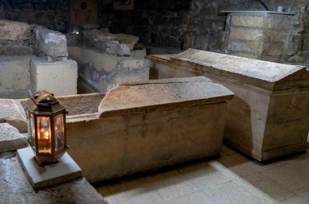 The coffin containing Lazarus' remains.