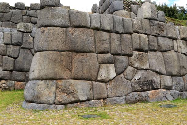 The enormous and heavy blocks that make up the walls of Sacsayhuamán in Peru, with incredible precision (Andreas Edelmann / Adobe Stock)