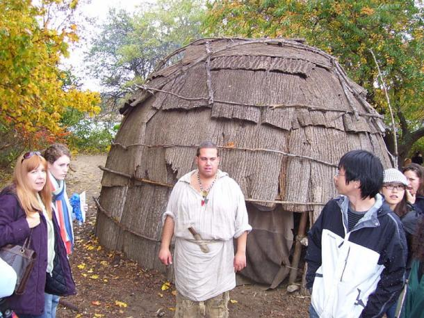 The exterior of a wigwam or wetu as recreated by modern Wampanoag natives (Image: swampyank/ CC BY-SA 3.0)
