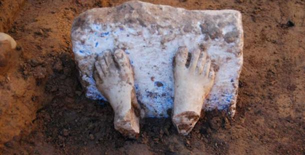The feet of a marble sculpture that originally came from the Aegean Sea. Image: Proyecto Construyendo Tarteso