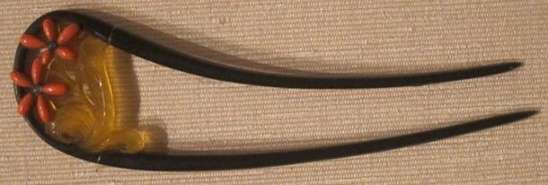 The female kunoichi ninjas, ancient assassins, would sharpen their kanzashi hair pins to use as a weapon. (Hiart / Public Domain)