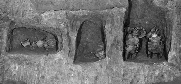 The food vessels were mostly found in niches in the wall of the tomb.