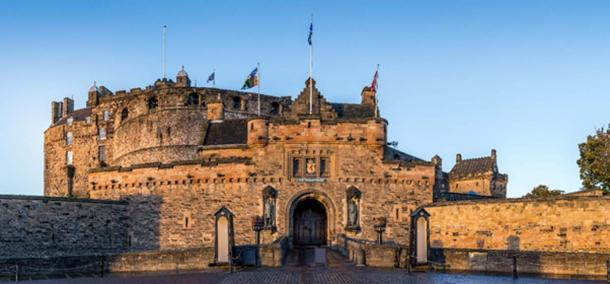 The front gates of Edinburgh Castle (ex_flow / Adobe Stock)