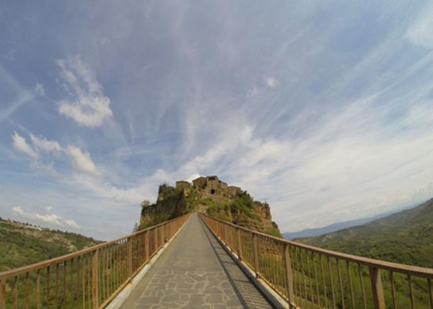 The land bridge of Civita di Bagnoregio collapsed and was replaced by a steel-and-concrete footbridge. (lullone / Pixabay)