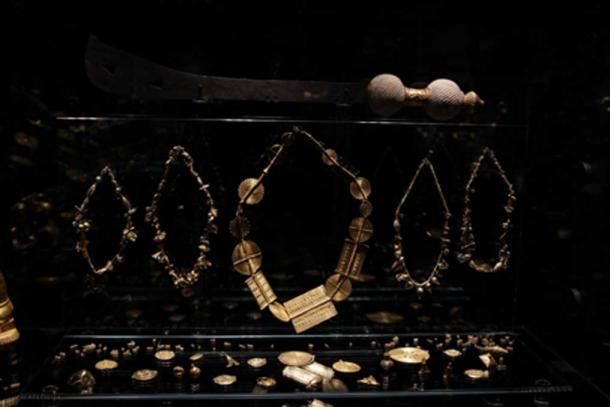 The manufacturing techniques adopted by African goldsmiths are: forging, wire working, granulation, lostwax casting, chasing, filigree and gold leafing. (© Javett-P Collection)