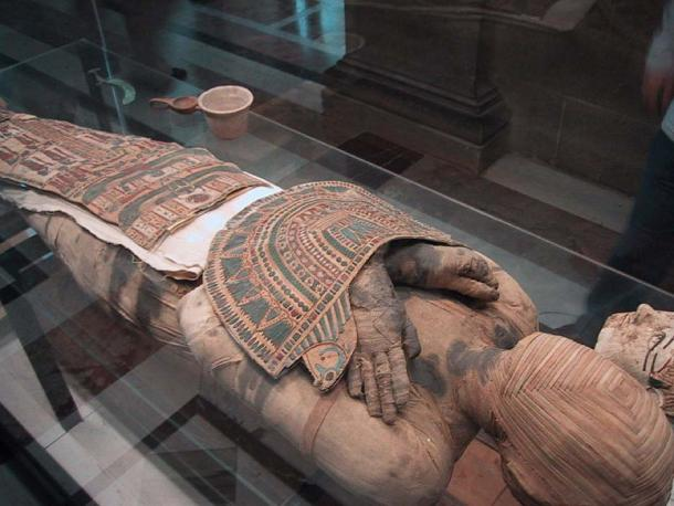 The mummy face has a novel concentric square effect made of strips of linen. (CC BY-SA 3.0)