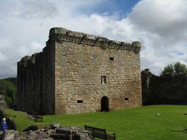 The original tower house, Craignethan Castle. Image:CC BY-SA 2.0