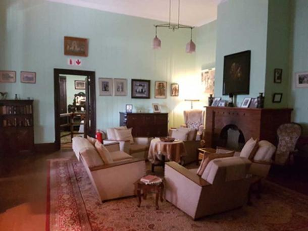 The parlour was the heart of the home, were besides children and grandchildren, many famous persons were entertained, by Mrs Isie Smuts playing her piano.