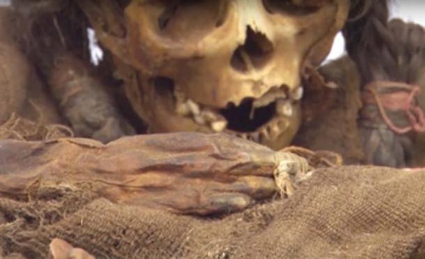 The princess mummy was found gripping feathers. (Inside Edition / YouTube)