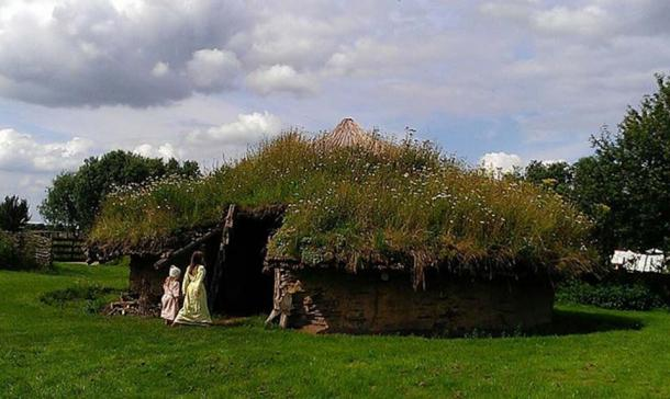 The reconstructed Bronze Age roundhouse at Flag Fen in Cambridgeshire, Eastern England. (CC BY-SA 3.0)
