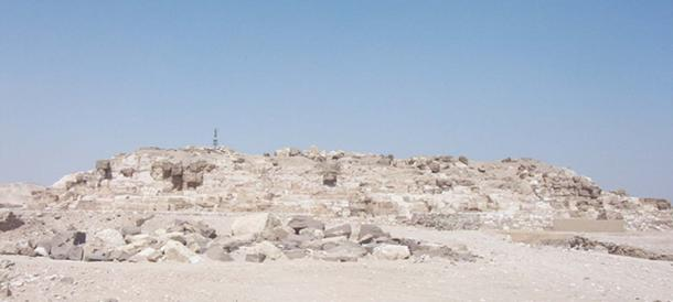 The remains of the ruined pyramid of Djedefre at Abu Rawash. Granite casing stones still litter the site. (AhlyMan / Public Domain)
