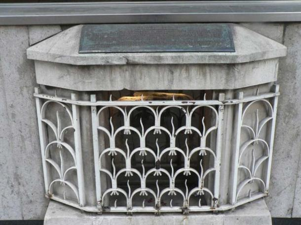 The stone had been unceremoniously kept behind a grill in Cannon Street. (Chris Downer / City of London: London Stone/ CC BY-SA 2.0)