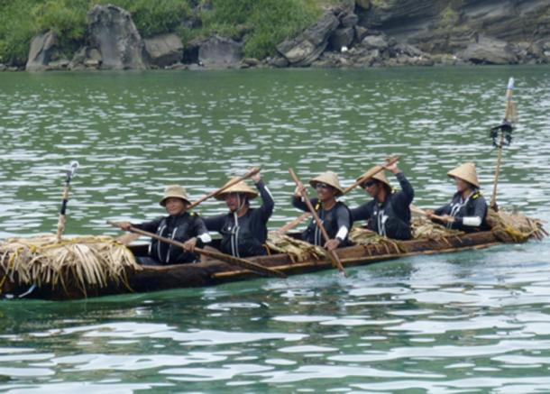 The team of Japanese and Taiwanese paddlers in a dugout canoe arrives at Yonaguni Island, Okinawa Prefecture, successfully replicating a hypothetical human migration between Taiwan and Okinawa about 30,000 years ago via the Black Stream. (KYODO)