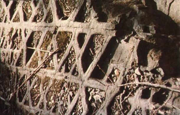 The unusual pattern marking one side of Waffle Rock. (UFO Spain Magazine/CC BY 4.0)