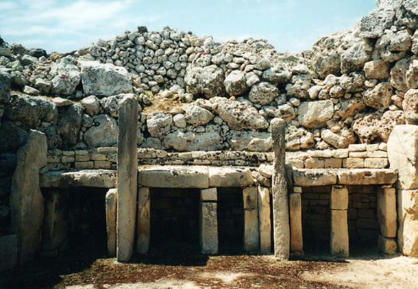 The walls of Ggantija in Malta (upper part of photo) are made of rough coralline limestone, in contrast to the interior architectural elements (lower part of photo) which are made of Globigerina limestone. The soft Globigerina limestone is more easily worked and smoothed. This makes it suitable for interior finishing, such as the trilithic niches shown here. (Michael Gunther/CC BY SA 4.0)