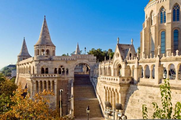 The wide steps and viewing arches of Fisherman's Bastion (horizonphoto/ Fotolia)