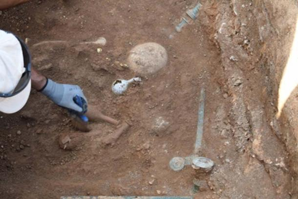 The woman was buried with grave goods. (e-ptolemeos.gr)