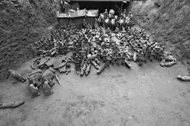 There are around 300 infantry in a square formation at the center of the pit. (Chinese Cultural Relics)
