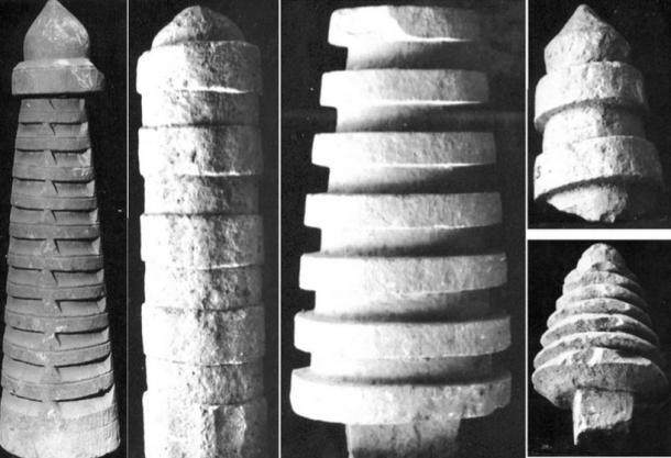 Fragmentos stupa Tiers mantienen en la colección de reserva del Museo de Sitio Sarnath, Sarnath, Uttar Pradesh