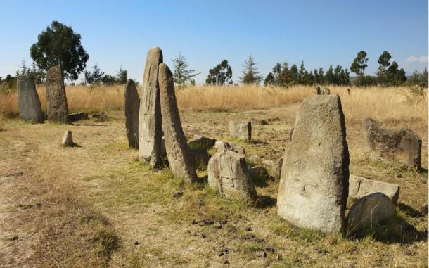 Algunos han comparado las piedras Tiya a las lápidas de las tumbas.