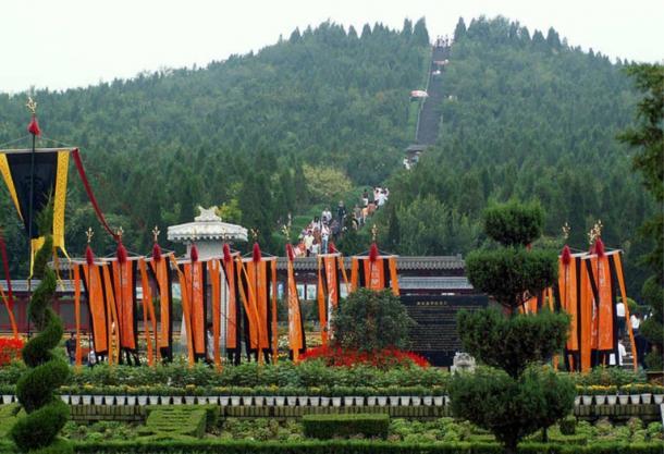 Das Grab des Kaisers Qin Shi Huang ist von Vegetation bedeckt und ähnelt einem Hügel.